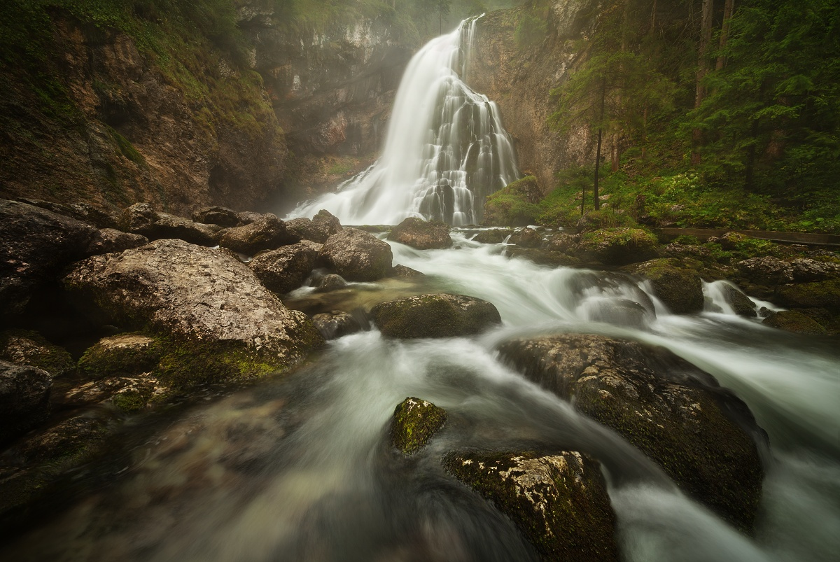 Mohutný vodopád Gollinger Wasserfall u Salzachu v Rakouských Alpách