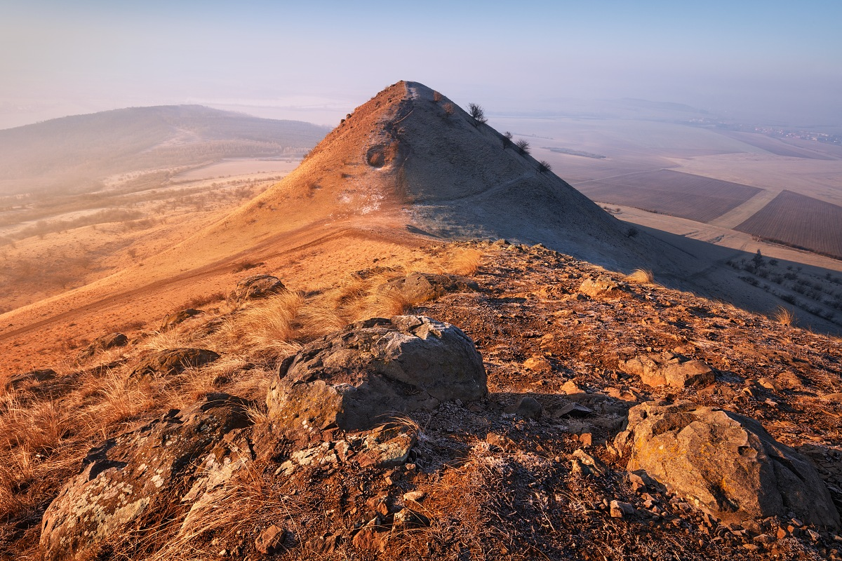 Jeden z vrcholů trojhory Raná při výhodu slunce v Českém středohoří
