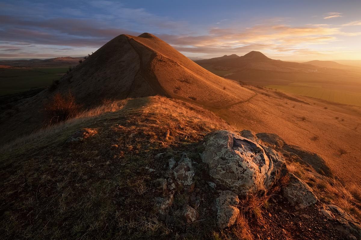 Východ slunce na trojhoře Raná u Loun s výhledem na další zajímavé vršky Českého středohoří