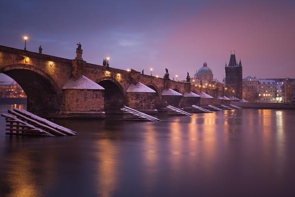 Karlův most v historické části Prahy je jedním z motivů, které pravidelně fotíme při fotokurzu Romantická praha a dlouhé expozice
