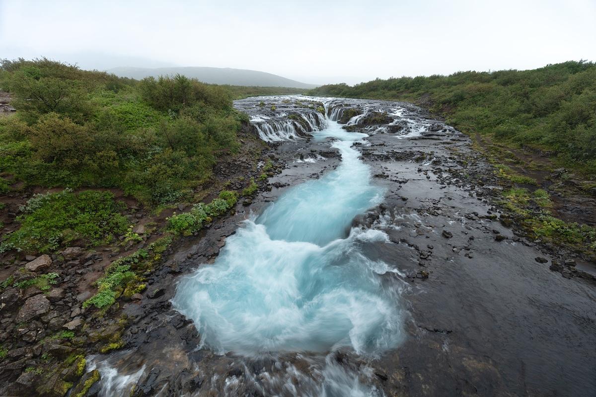 Fotka vodopádu Bruarfoss z letního deštivého Islandu bez přechodového filtru