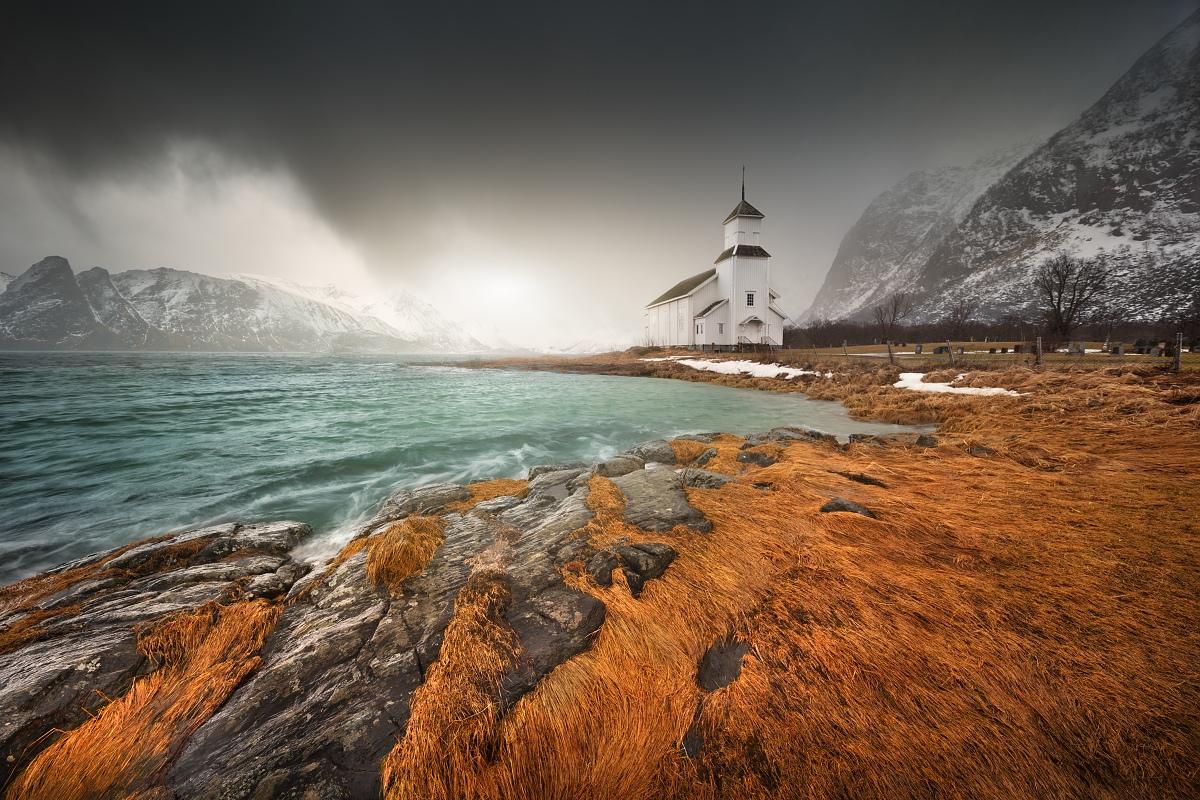 Fotografie kostela na divokém pobřeží zimních Lofot s použitým magnetickým přechodovým filtrem VFFOTO