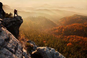 Fotograf na sklaním výběžku v Národním parku České Švýcarsko