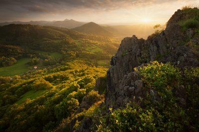Jarní západ slunce na skalách v srdci Českého středhoří na Litoměřicku