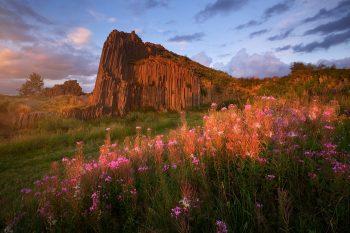 Letní pohled na kamenné varhany Panské skály nasvícené zapadajícím sluncem