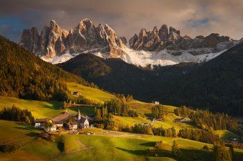 Malebné údolí Valdi Funes s vesničkou Santa Maddalena v Dolomitech