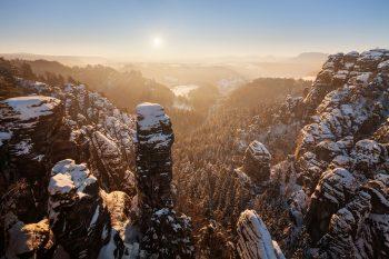 Zimní pohled do údolí u vyhlídky Bastei v Česko-saském Švýcarsku