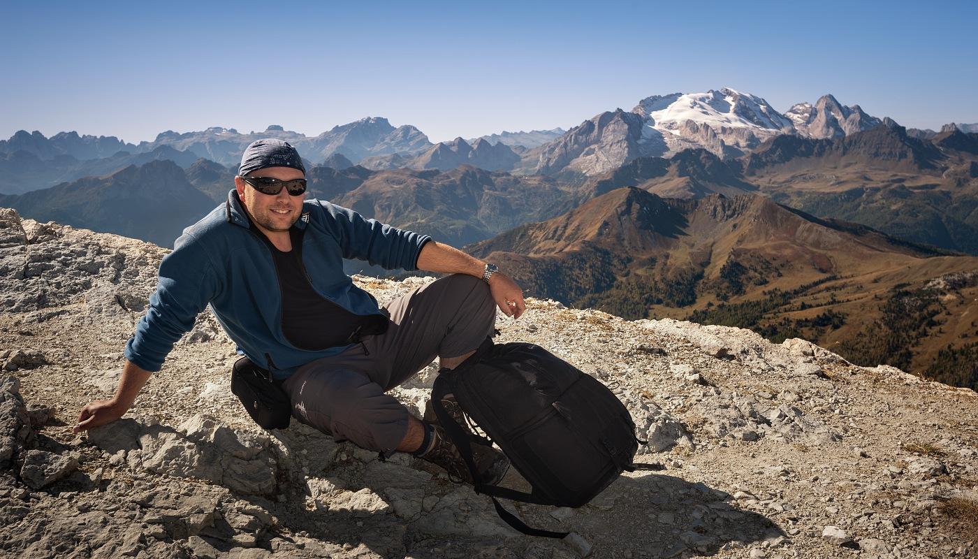 Fotograf Daniel Řeřicha s horskými štíty Dolomit v pozadí