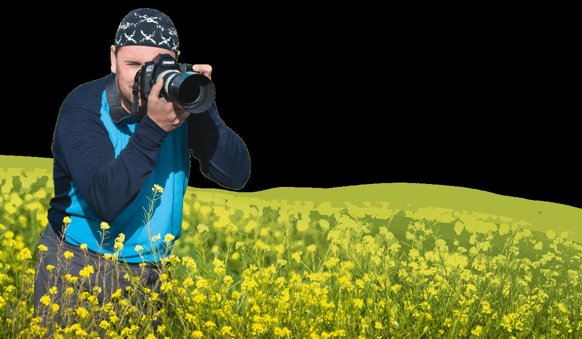 Fotograf s rozkvetlém poli