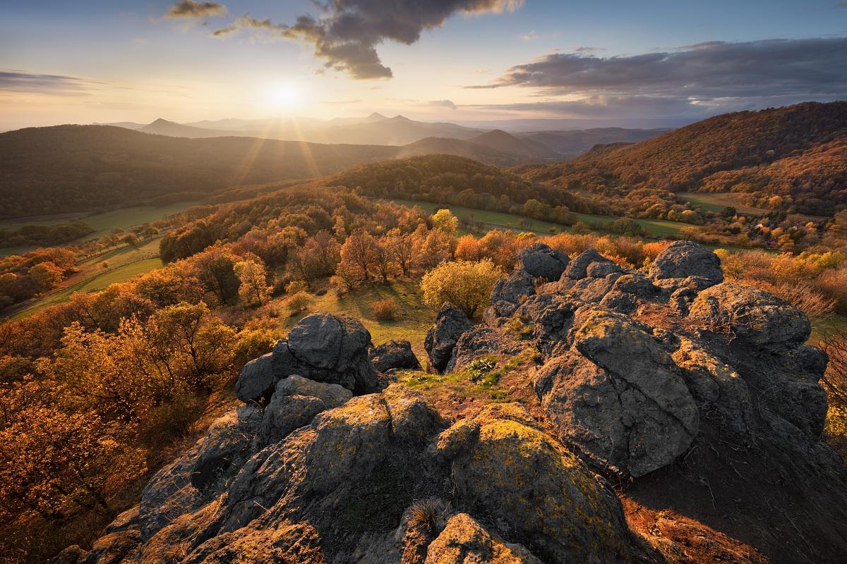 Podzimní České středohoří při západu slunce z Holého vrchu