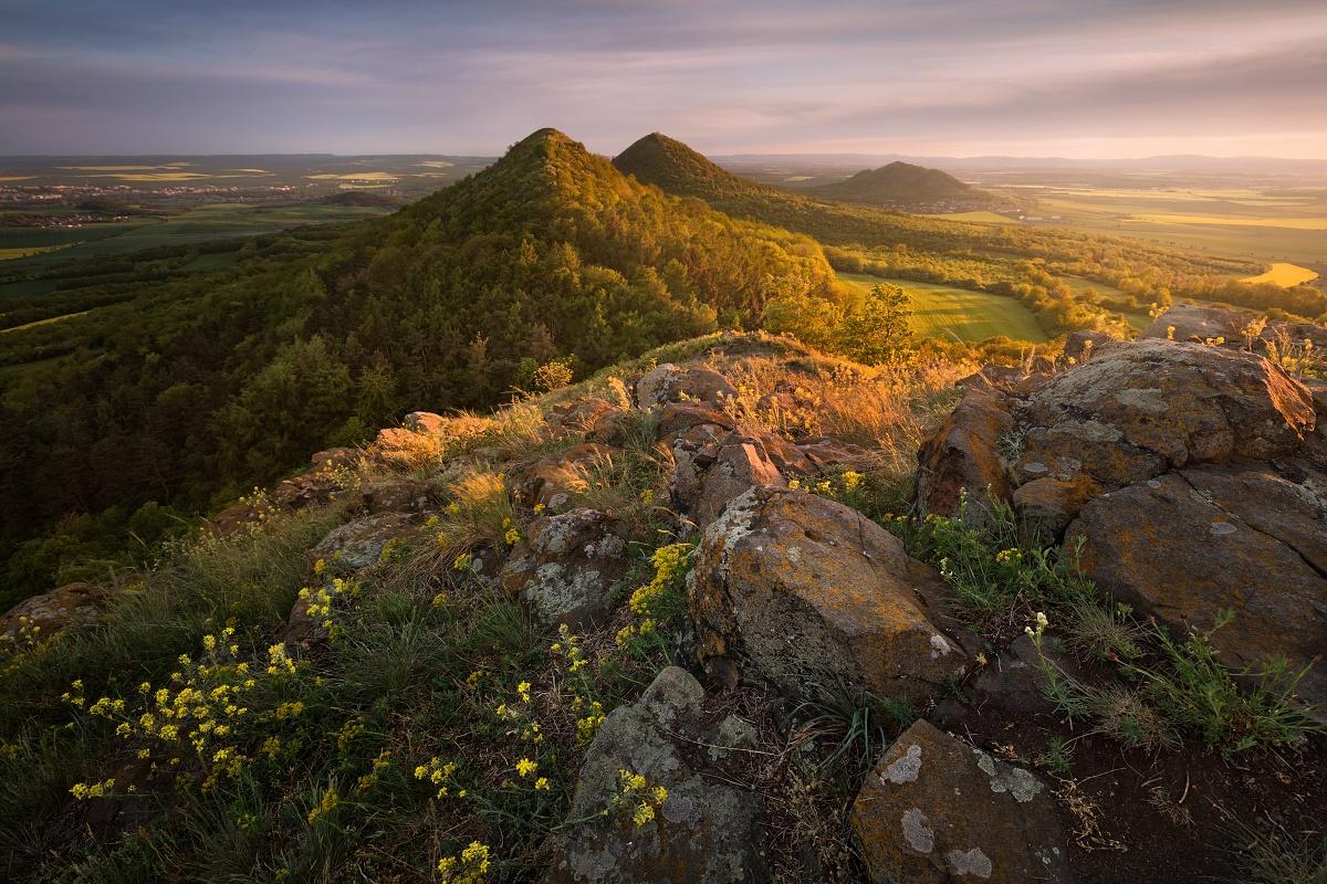 Západ slunce ve vulkanickém Českém středohoří nedale Loun s výhledem na Ranou, Oblík, Srdov a Brník