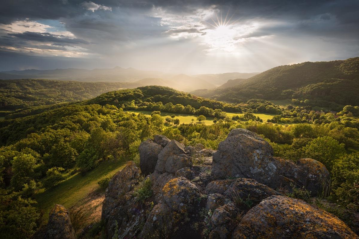 Pohled na Verneřické středhoří z Holého vrchu při jarní podvečerní bouřce.