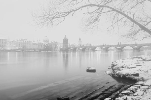 Zasněžený Karlův most od Hergetovi cihelny během odpoledního fotokurzu Předvánoční černobílá Praha