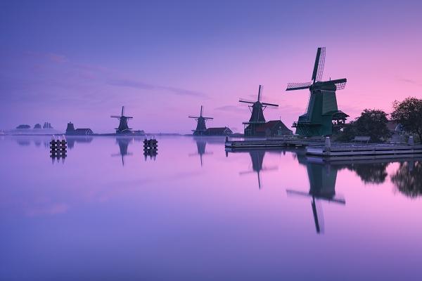 Fotografie větrných mlýnů Zaanse Schans v severním Holandsku - Nizozemsko.