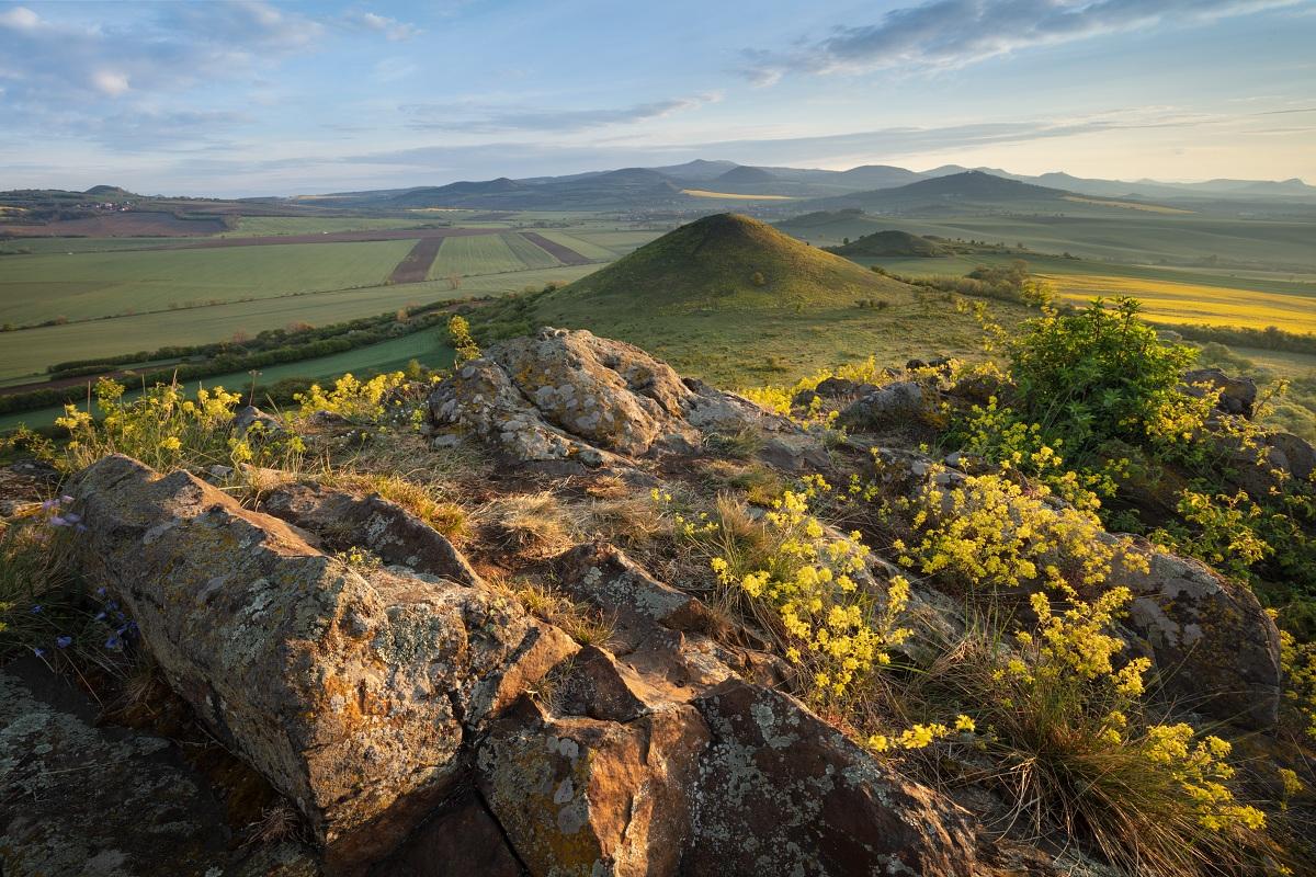 Fotka z jarního východu slunce v Českém středhoří s magnetickým přechodovým filtrem VFFOTO