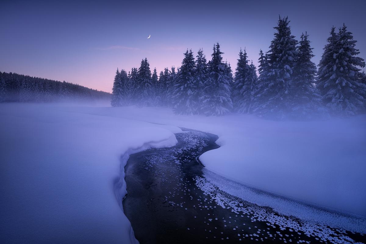 Focení zimní krásy Krušných hor - zamrzlý přítok do přehrady Fláje a ojíněné stromy v Krušných horách při focení zimní krásy Krušných hor. Fotka po západu slunce v tzv. modré hodince.