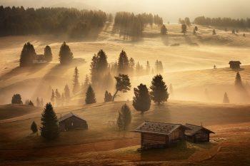 Mlhavá podzimní atmosféra v Dolomitech na Alpe di Siusi při fotografickém workshopu