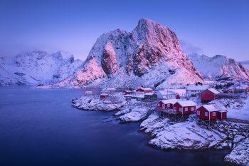 Norské červené domky na pobřeží Lofot při mrazivém východu slunce během fotografické expedice Zimní Lofoty 2020