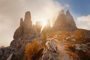 Bizarní tvary sklaních věží Cinque Torri, nedaleko průsmyku Passo Falzarego v Dolomitech, při podzimním mlhavém ránu
