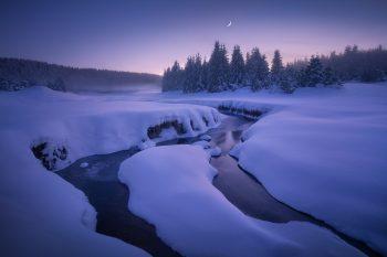 Focení zimní krásy Krušných hor - pozápadová mrazivá atmosféra u meandrů horského potoka v zasněžených Krušných horách nedaleko vodní přehrady Fláje.