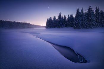 Focení zimní krásy Krušných hor - pohled na zasněžené meandry vodní nádrže Fláje v Krušných horách při hodně mrazivém západu slunce.