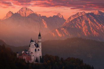 Rudé podzimní ráno u zámku Neuschwanstein v Bavorských Alpách