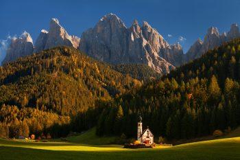 Pohádkově malebný kostelík u vesničky Santa Maddalena v údolí Val di Funes v Dolomitech pořízený během podzimního fotografického workshopu