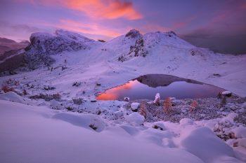 Nečekaná podzimní sněhová nadílka u jezera Lago di Valparola v Dolomitech při podzimním foto workshopu