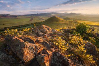 Východ slunce na Křížovém vrchu s výhledem na Malý vrch, Šibeník, Číčov a Milešovské České středohoří