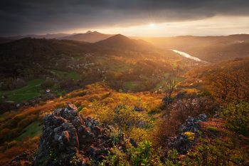 Západ slunce na Krkavčí skále nedaleko Litoměřic s výhledem na Milešovku, Kletečnou a další kopce jarního Milešovského středohoří