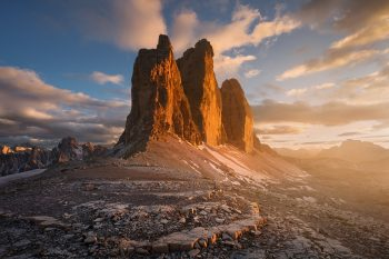 Letní západ slunce v sedlu u sklaní skupiny Tre Cime di Lavaredo v Dolomitech