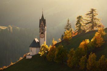 Detail horského kostelíka v Dolomitech při podzimním večeru