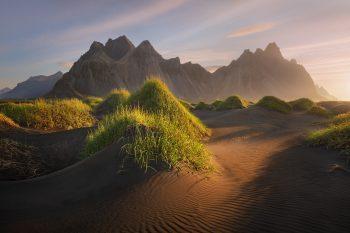 Hora Vestrahorn s porostlými písečnými dunami, jeden ze symbolů Islandu, focený při letním východu slunce