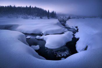 Focení zimní krásy Krušných hor - Zasněžené klikatící se meadry horskéhoho potoka v Krušných horách během hodně mrazivého zimního večera.