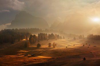 Magické ráno na Alpe di Siusi, na největší Alpské louce s výhledem na Sasolungo při podzimním východu slunce v Dolomitech